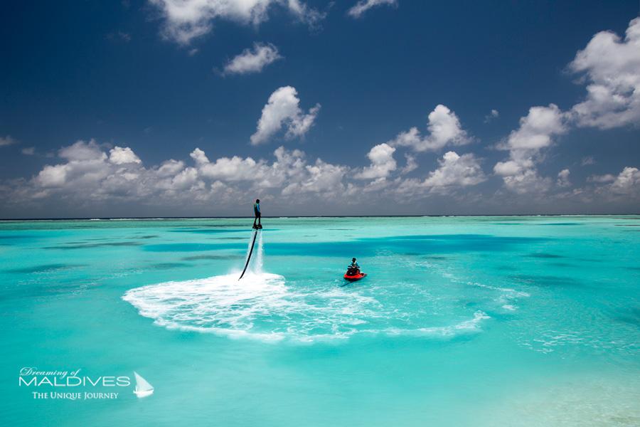 Essayer de nouveaux Sports Nautiques sur un lagon bleu gigantesque