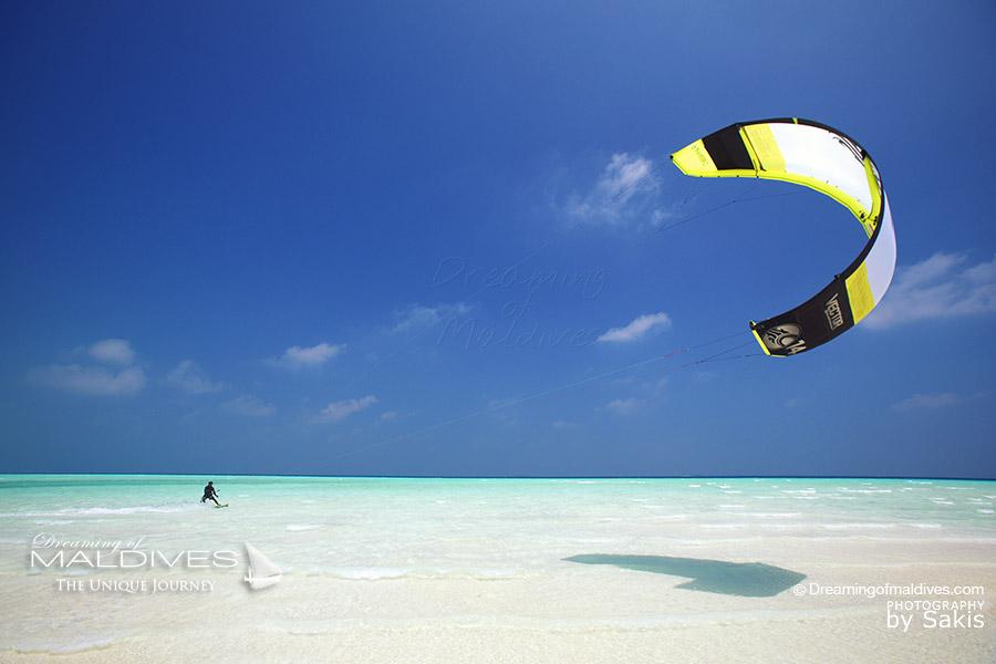 Glisser sur les eaux limpides d'un banc de sable en kitesurf ou en funboard