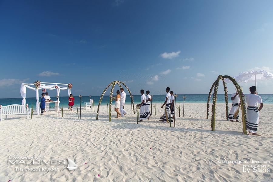 Célébrer ses vœux de mariage ou son amour de l'autre sur une plage de sable blond