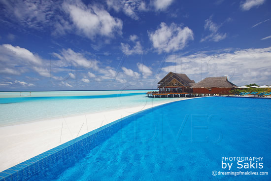 Anantara Dhigu Maldives, La piscine et  le Restaurant principal, Fuddan