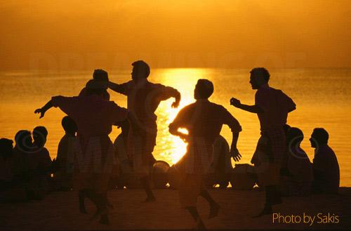 Danseurs et groupe Bodu Beru au coucher de soleil