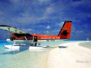 Hydravion de la Maldivian Air Taxi gare sur un banc de sable