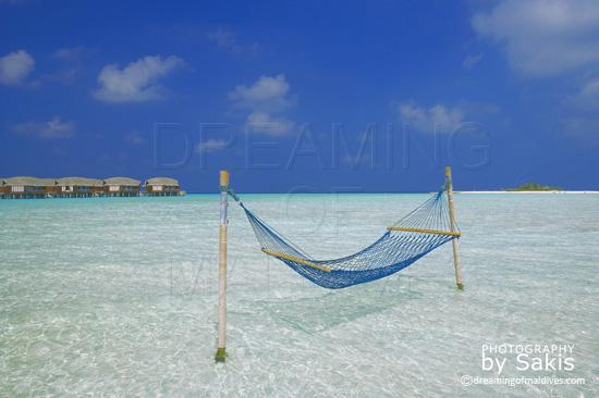 Anantara Dhigu Maldives Un Hamac est installé au milieu du gigantesque lagon de l'ile