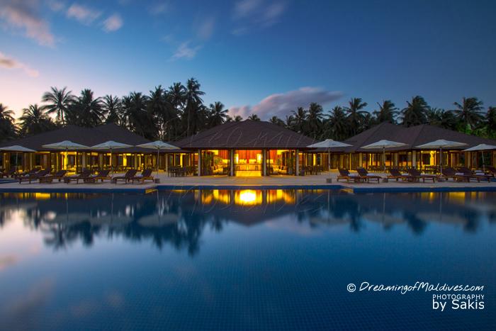 Atmosphere Kanifushi Maldives - La piscine et le Bar à l'heure du Coucher de Soleil
