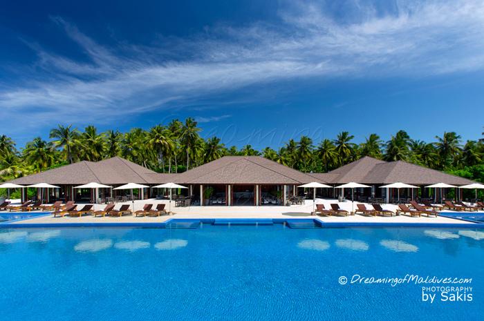 Atmosphere Kanifushi Maldives - La piscine et le Bar de jour