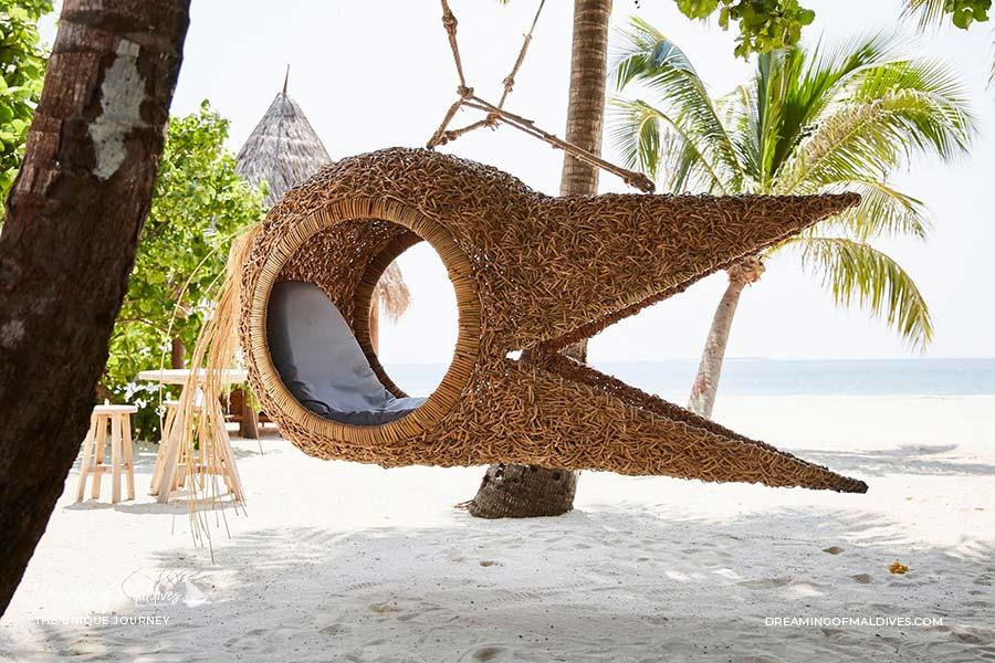 Joali Maldives la balançoire à tête de héron by Porky Hefer