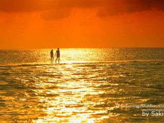 Maldives Photo du jour. Moments à 2 sur un banc de sable au coucher de Soleil
