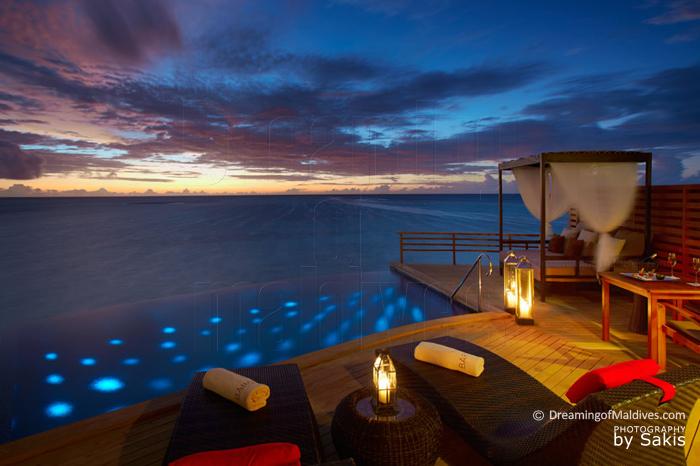 Baros Maldives Pool Water Villa. Vue sur le coucher de Soleil
