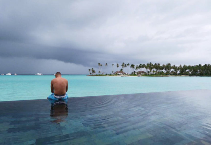 Benzema au bord de sa piscine dans sa villa sur une ile hotel de luxe aux MAldives