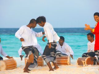 Groupe de danseurs Maldiviens s'exprimant au son des Bodu Beru