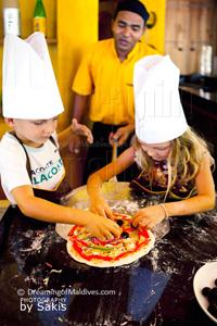 Leçon de cuisine avec le club-enfants du Anantara Dhigu Maldives. Être Pizzaiolo