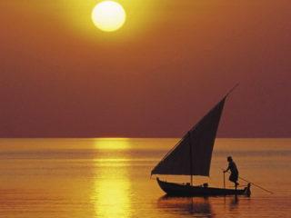 Petit dhoni des Maldives au coucher de soleil