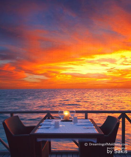 Diner au coucher de Soleil aux Maldives