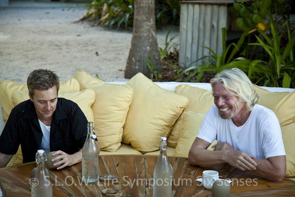 Edward Norton et Richard Branson en pause durant le seminaire Slow life Soneva Fushi Maldives