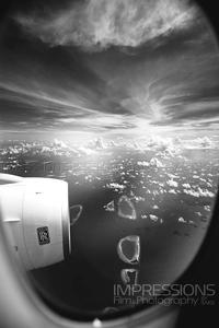 vue sur les iles maldivesdepuis le hublot de notre vol emirates