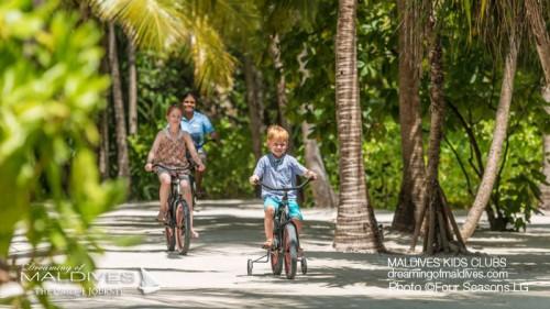 Vélos au four seasons landaa giraavaru hotel famille maldives club enfants