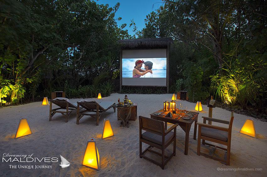 TOP 5 choses à faire hôtel Gili Lankanfushi Maldives. Regarder un film dans le cinéma en plein air de l'île