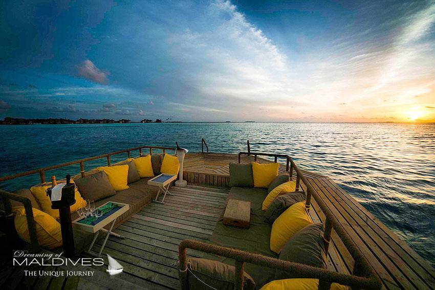 TOP 5 choses a faire hôtel Gili Lankanfushi Maldives. Boire une coupe de champagne sur une terrasse flottant sur le lagon