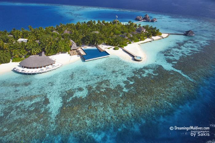 Huvafen Fushi Maldives Photo aérienne. De gauche à droite, CELSIUS le restaurant principal, UMBAR le bar et sa piscine et LONU VEYO, la piscine flottante