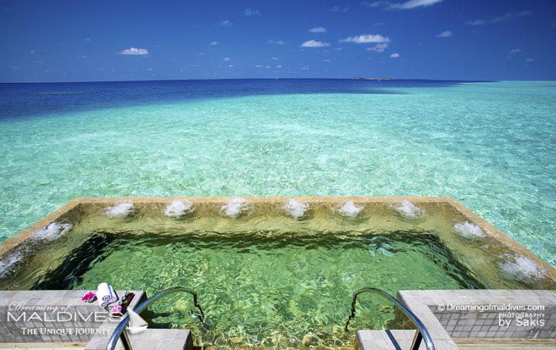 Le Jacuzzi XXL du Spa de Velassaru Maldives