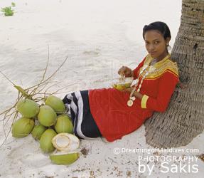 Jeune femme Maldivienne en costume traditionnel.