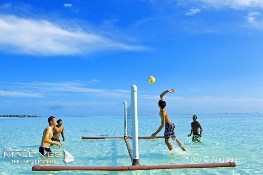 Le Terrain De Volley Ball Flottant Sur Le Lagon à Angsana Velavaru