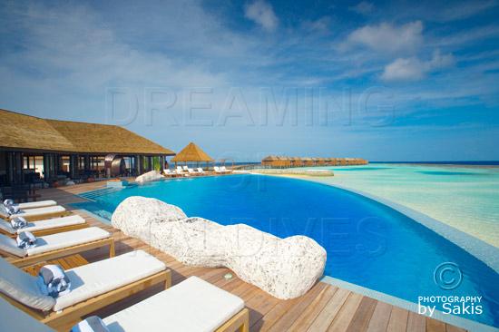 Lily Beach Maldives - Le bar Aqua avec sa piscine a débordement et les water villas en arrière plan