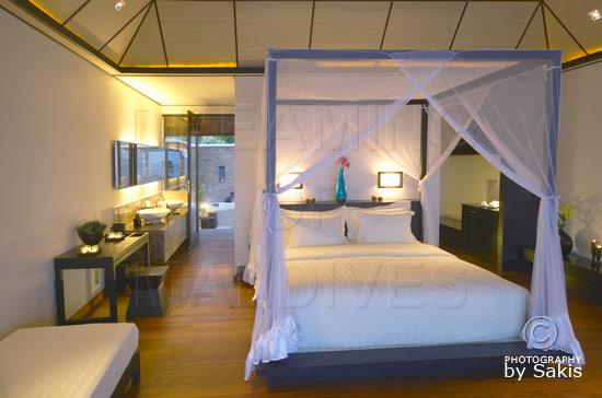 Lily Beach Maldives - La chambre d'une Beach Villa et la salle de bain en arrière plan