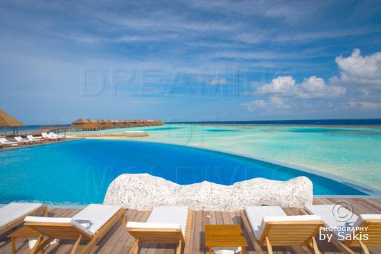Lily Beach Maldives - Vue sur les water Villas depuis a piscine du bar Aqua