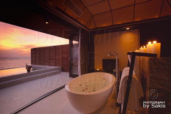 Lily Beach Maldives - Coucher de Soleil depuis la salle de bain des Sunset Water Suites