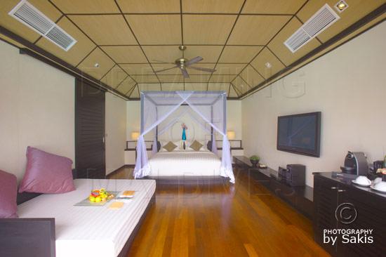 Lily Beach Maldives - La chambre d'une Beach Villa.  Vue depuis la terrasse