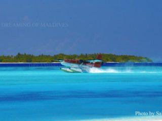 Amérissage en douceur d'un hydravion de Maldivian Air Taxi sur le lagon d'une île Resort des Maldives