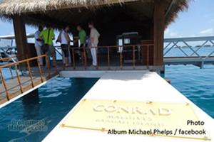 Arrivée de Michael Phelps sur la jetée de l'ile du Conrad Maldives Rangali Island