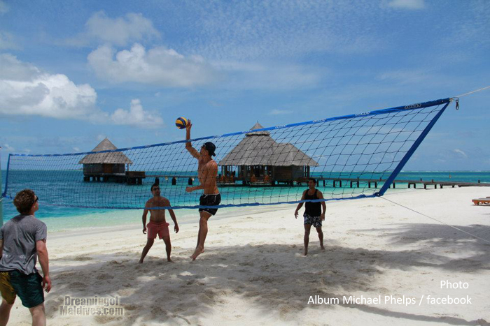 Michael Phelps jouant au Beach volley aux Maldives