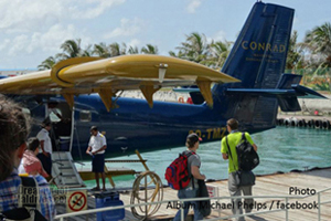 Embarquement de Michael Phelps aux maldives en hydravion pour rejoindre l'ile du Conrad Maldives Rangali Island dans l'Atoll d'Ari i