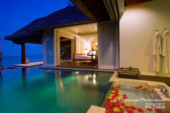 Galerie de Photos Naladhu Maldives - Vue depuis la piscine des Villas au crepuscule