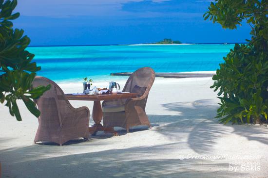 Galerie de Photos Naladhu Maldives - Le Petit-Dejeuner est servi sur la plage