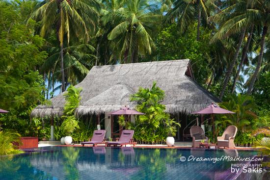 Galerie de Photos Naladhu Maldives - La piscine et salle de fitness
