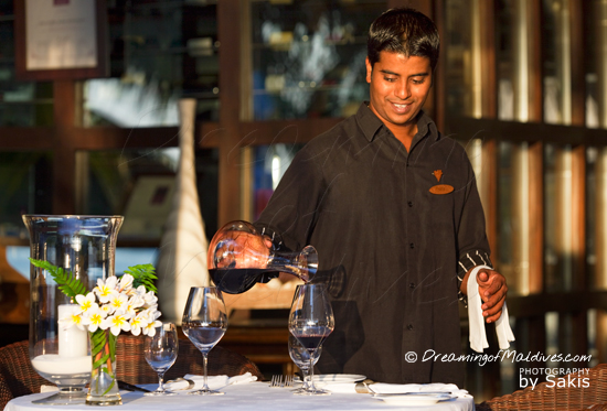 Galerie de Photos Naladhu Maldives - Restaurant Le Living Room