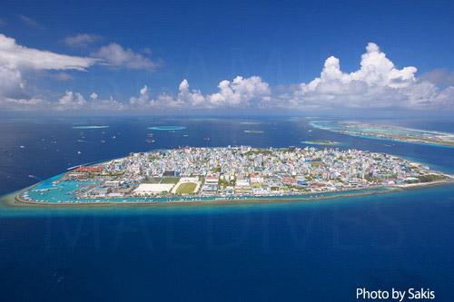 Photo aérienne des Maldives - Ile de forme quasi carree, Male la Capitale