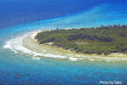 Photo aérienne des Maldives - Phenomene rarissime, une ile avec un lac