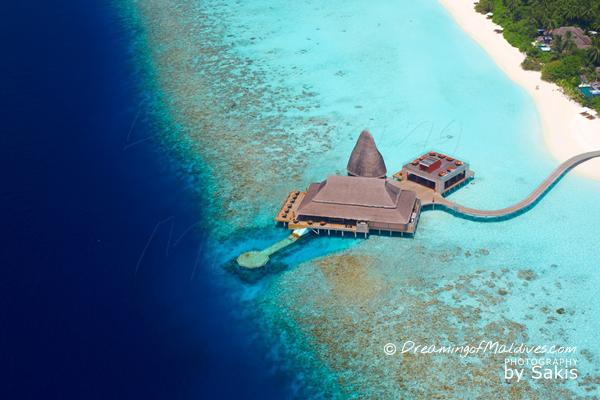 Photo aérienne du restaurant sous marin Sea d'Anantara Kihavah Maldives