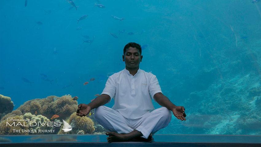 Yoga sous la mer au restaurant 5.8. Photo Hurawalhi Maldives