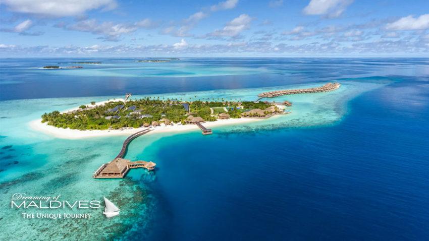 Vue aérienne sur Le restaurant sous-marin d'Hurawalhi Maldives, visible au premier plan