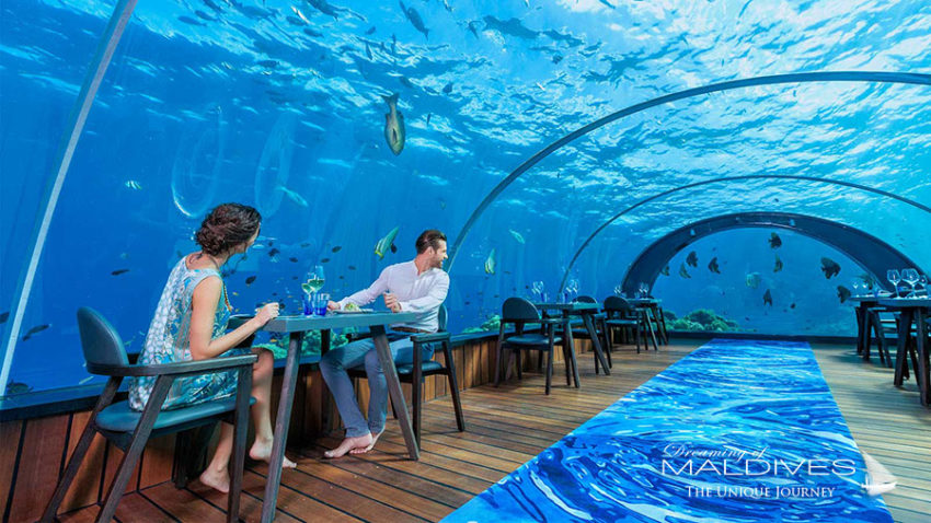 Tenue vestimentaire de rigueur : Chic et décontracté mais surtout pieds nus au 5.8 le restaurant sous marin d'Hurawalhi maldives