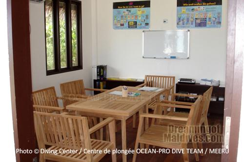 La salle de cours du centre de plongée . Werner Lau / Kuda-Funafaru
