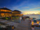 """Diner à Six Senses Laamu Maldives. Le Restaurant """"Deck-A-Dence"""" sur le lagon"""