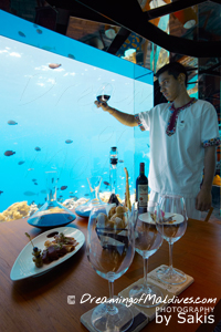 Dégustation de vin sous la mer avec le sommelier de l'Hôtel Anantara Kihavah Maldives