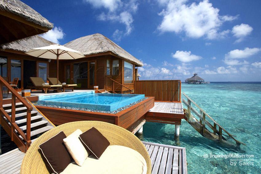 5 choses incontournables à faire Per Aquum Huvafen Fushi Maldives. Ecouter de la Musique sur la Terrasse d'une Villa sur Pilotis