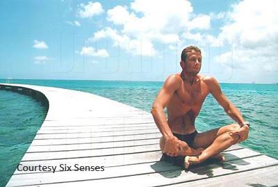 Champion du Monde d'Apnée Umberto Pelizzari en exercice de respiration avant de plonger aux Maldives. Six Senses Laamu